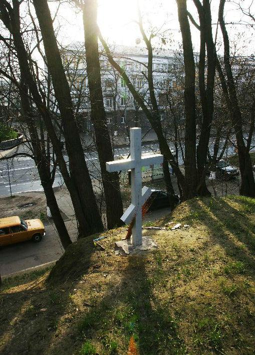 крест на месте расстрела митрополита.jpg
